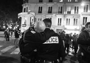 Attentats-a-Paris-l-histoire-de-la-photo-des-policiers-emus-aux-larmes